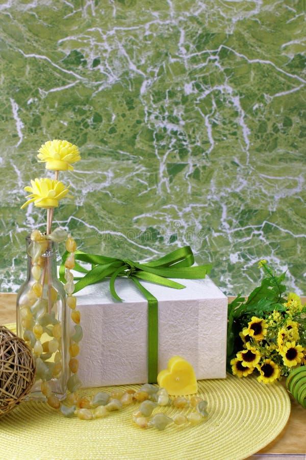 Arrangement jaune et vert de thème de jour de valentines image libre de droits