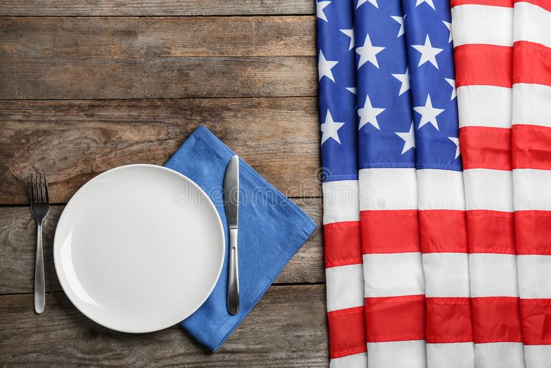 Arrangement patriotique de table avec le drapeau des Etats-Unis sur le fond en bois photos libres de droits