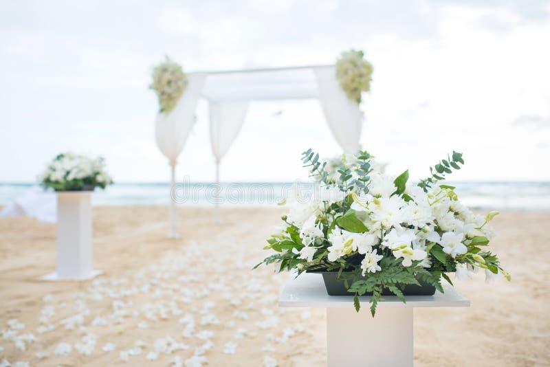 Arrangement romantique de mariage sur la plage de mer photos libres de droits