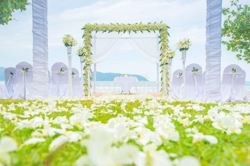 Arrangement romantique de mariage sur le vert et la plage d'herbe images stock