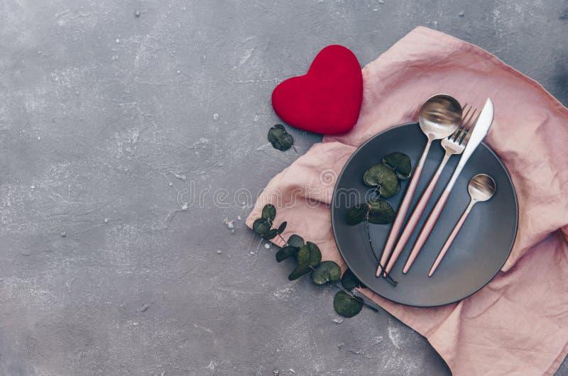 Arrangement romantique de table de vacances Beau fond avec l'ensemble de table d'endroit photographie stock libre de droits