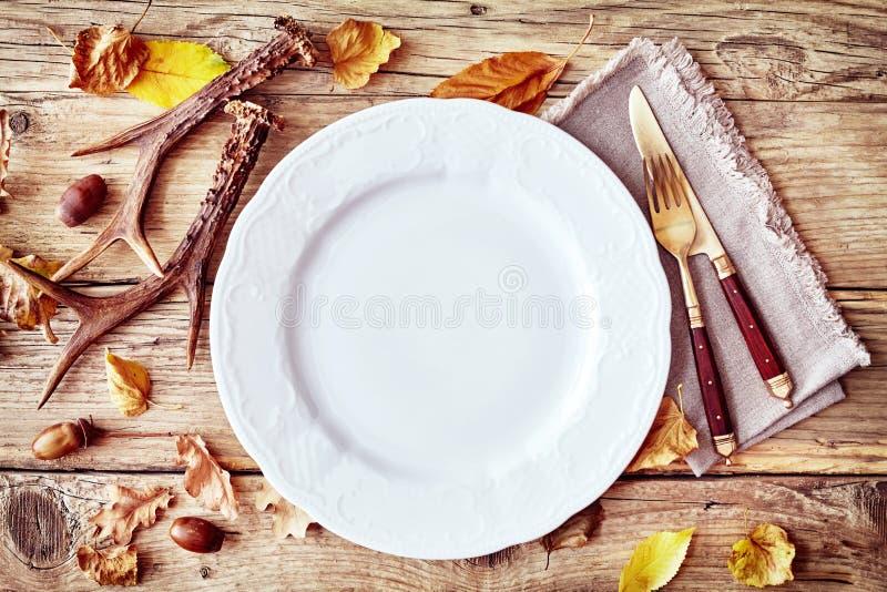 Arrangement rustique de table d'automne ou de chute avec des andouillers photographie stock