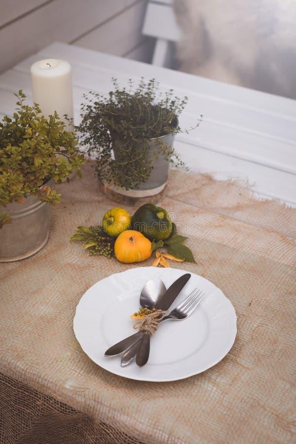 Arrangement saisonnier de table avec de petits potirons et feuilles de jaune et de vert photos libres de droits