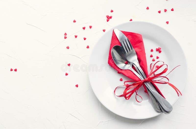 Arrangement tabble de jour du ` s de Valentine avec des couverts image stock