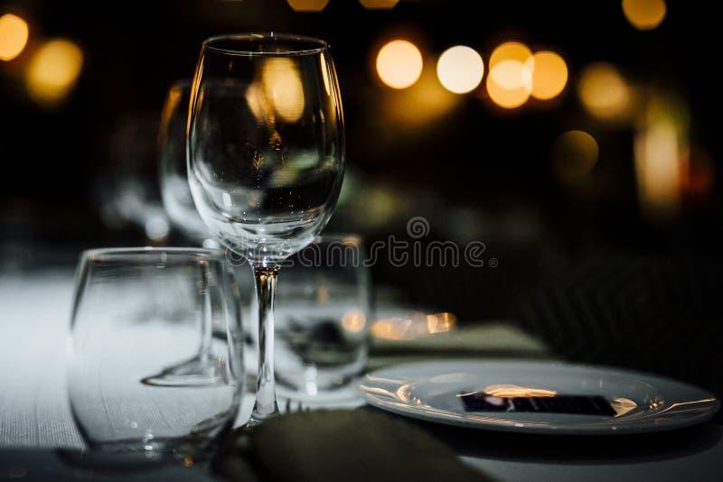 ARRANGEMENTS DE LUXE 2019 de TABLE pour l'amende dinant avec et la verrerie, beau fond brouillé Pour des événements, mariages Pré photographie stock libre de droits