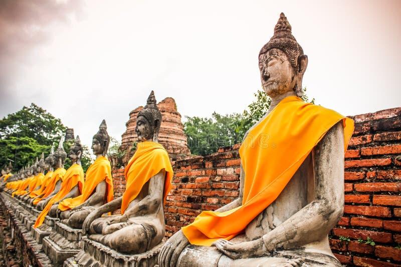 Arrangera i rak linje buddha statyer på Wat Yai Chai Mongkhon Ayutthaya royaltyfria bilder
