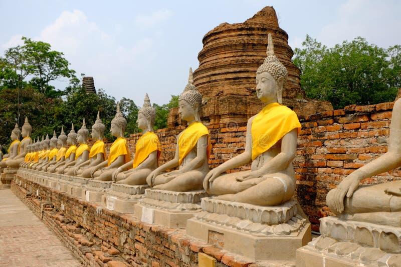 Arrangera i rak linje buddha statyer på Wat Yai Chai Mongkhon Ayutthaya Thaila arkivfoto