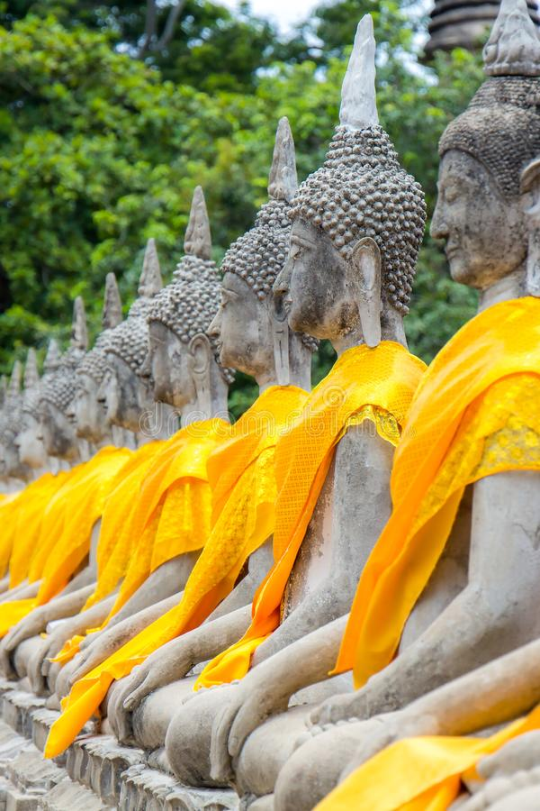 Arrangera i rak linje buddha statyer p? Wat Yai Chaimongkol, Ayutthaya, Thailand arkivfoton