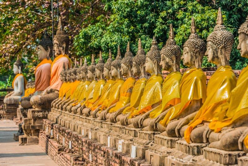 Arrangera i rak linje buddha statyer Wat Yai Chai Mongkhon Ayutthaya bangkok T arkivbilder