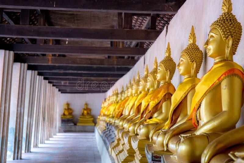 Arrangera i rak linje Buddhastatyer p? Wat Phutthaisawan, Ayuthaya, Thailand arkivbild