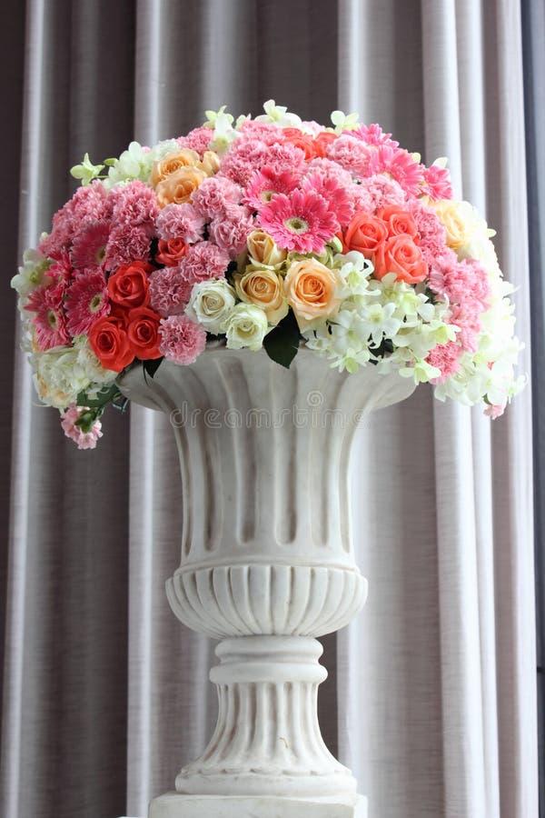 Arrangez les fleurs dans un vase photographie stock libre de droits
