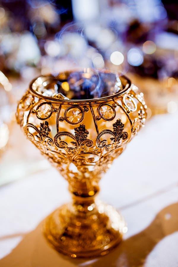 Arrangment da tabela do parfume do casamento imagem de stock
