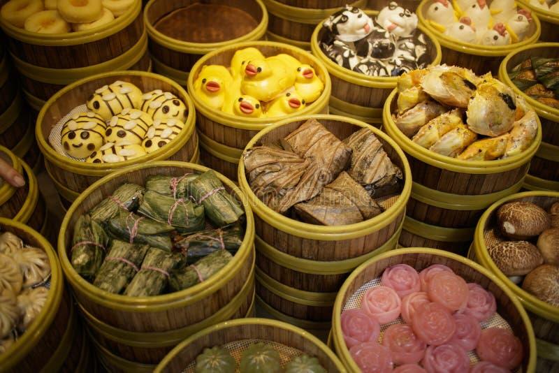 Arrangment do vário dim sum no navio de bambu imagens de stock