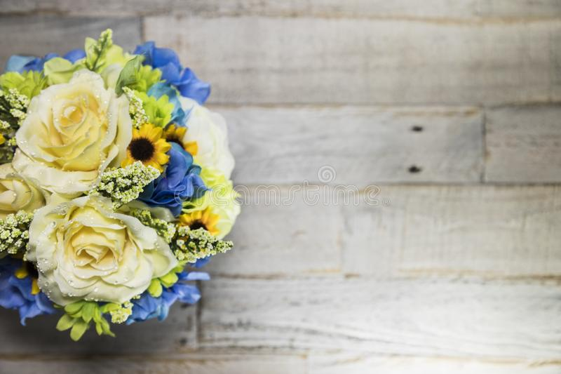 Arrangment floral en lado izquierdo superficial de madera apenado imagen de archivo libre de regalías