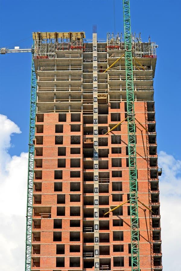 Arranha-céus alto com as janelas vazias no céu azul no dia ensolarado, divdersity de construção, foto de stock royalty free