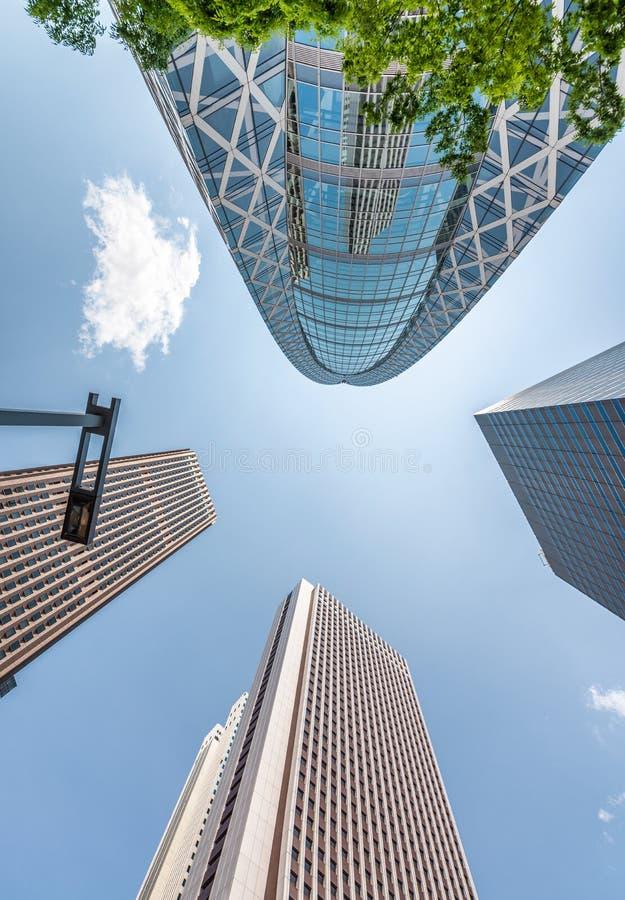 Arranha-céus altos de Shinjuku, Tóquio Vista da rua, busin imagens de stock royalty free