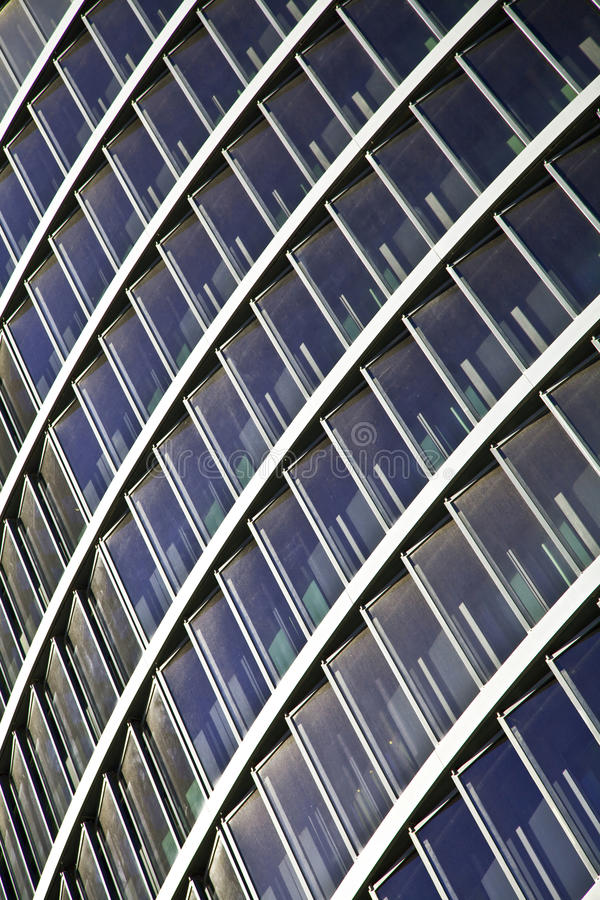 Arranha-céus altos de vidro azuis da construção da elevação foto de stock royalty free