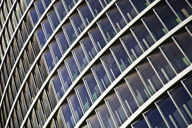 Arranha-céus altos de vidro azuis da construção da elevação fotografia de stock royalty free
