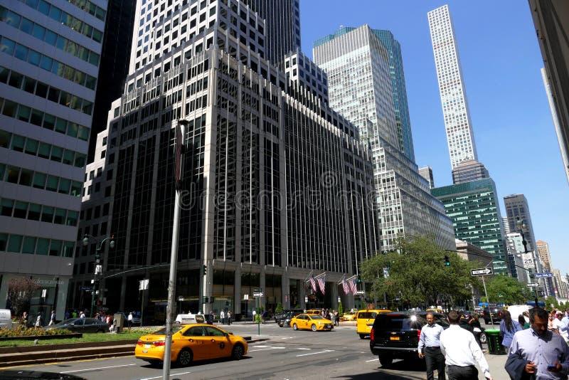 Arranha-céus altos disparados da perspectiva da rua imagens de stock royalty free