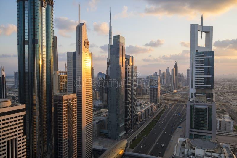 Arranha-céus ao longo de Sheikh Zayed Road foto de stock