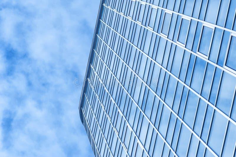 Arranha-céus bonito do prédio de escritórios com a nuvem do céu imagem de stock