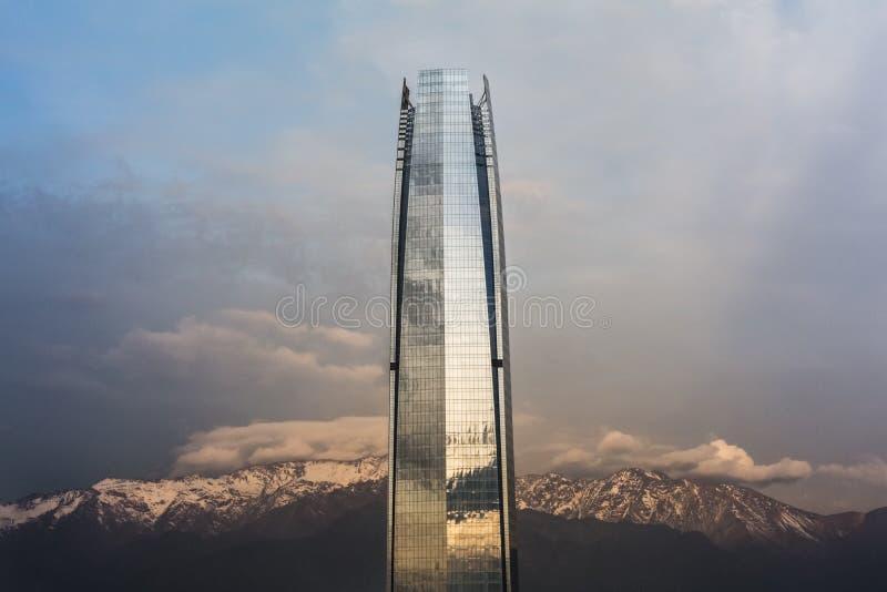 Arranha-céus com as montanhas do Los Andes em Santiago de Chile traseiro fotos de stock royalty free