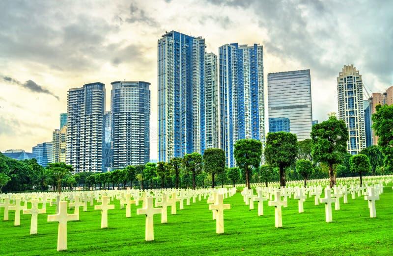 Arranha-céus como visto do cemitério americano de Manila, Filipinas foto de stock