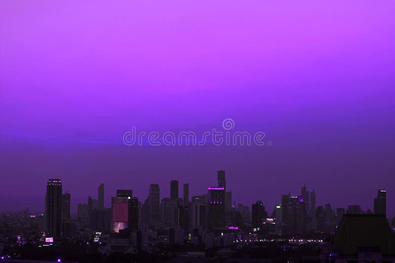 Arranha-céus da área metropolitana sob o céu de nivelamento roxo vívido fotos de stock royalty free