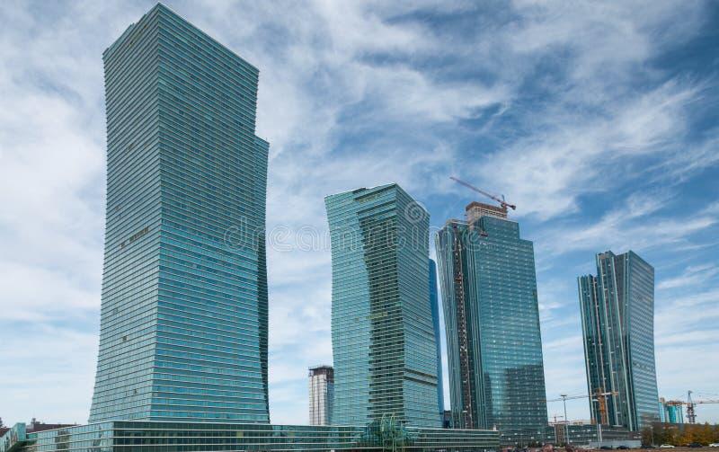 Arranha-céus da construção inferior no céu, em Nur-Sultan Astana, Cazaquistão fotos de stock