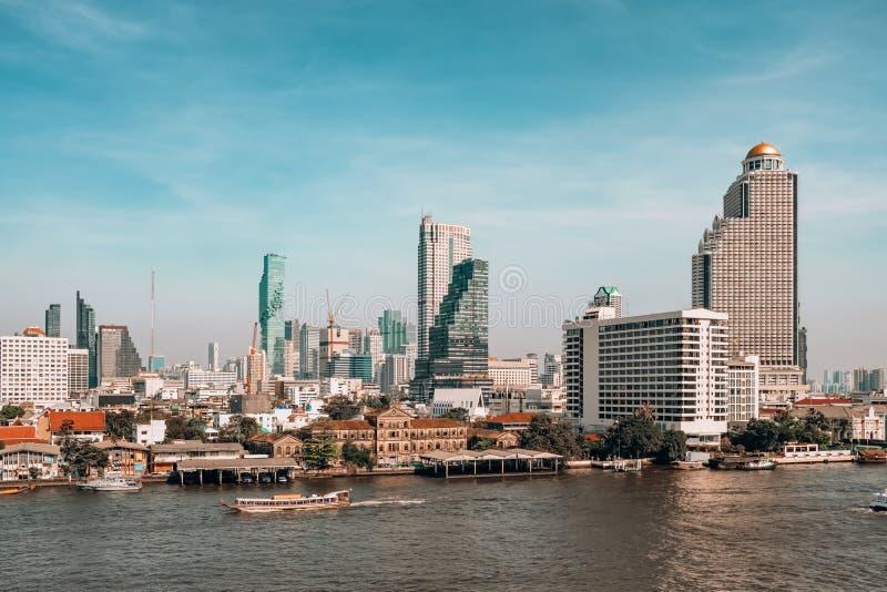 Arranha-céus da skyline e do negócio de Banguecoque no rio de Chaopraya fotografia de stock royalty free