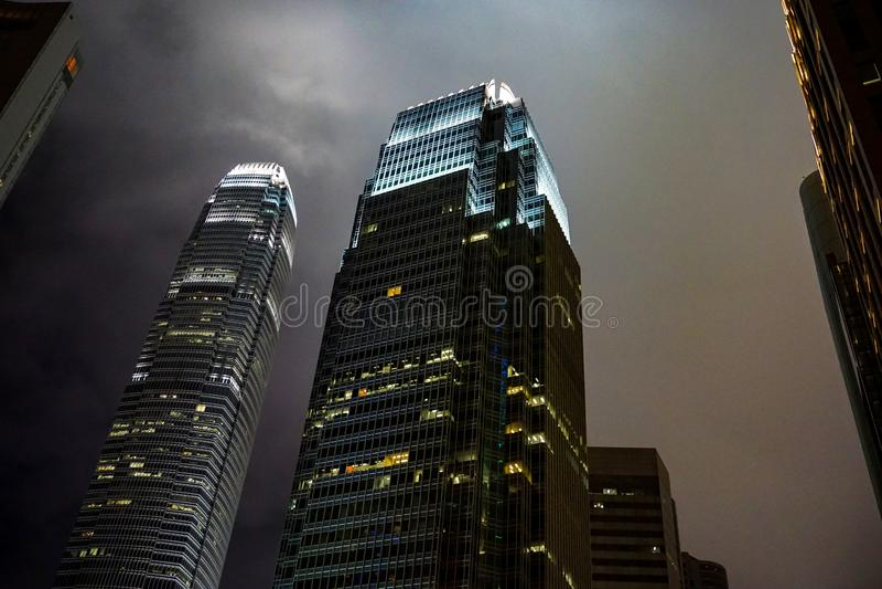 Arranha-céus de Hong Kong contra o céu noturno foto de stock