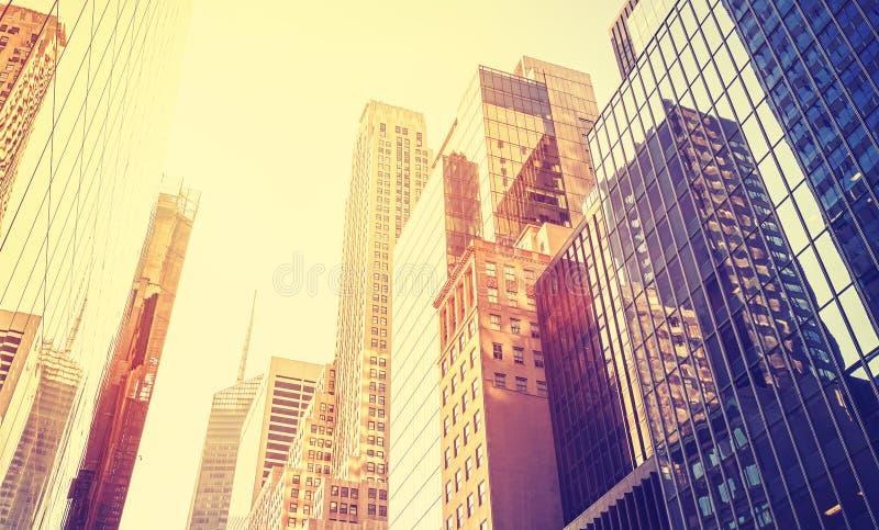 Arranha-céus de Manhattan do estilo do vintage no por do sol fotografia de stock