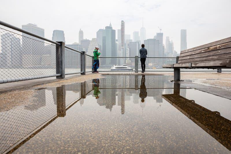 Arranha-céus de Manhattan, skyline de New York City, dia de mola nebuloso imagem de stock royalty free