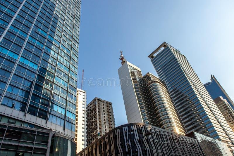 Arranha-céus de Manila do metro com céu azul, Makati fotografia de stock royalty free