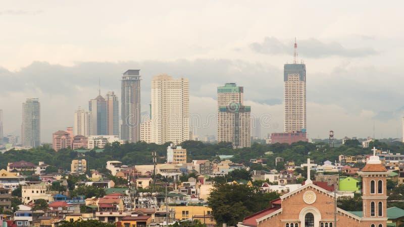 Arranha-céus de Manila na noite nebulosa filipinas imagens de stock