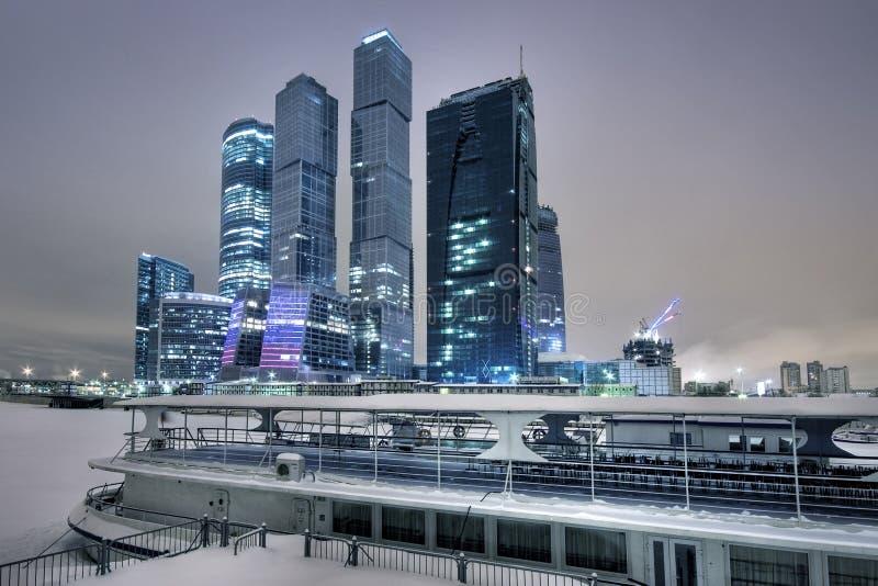 Arranha-céus de Moscovo no inverno foto de stock royalty free