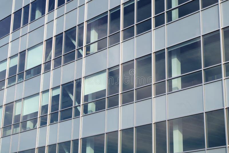 Arranha-céus de vidro da parede do escritório para negócios da torre das janelas da construção imagens de stock royalty free