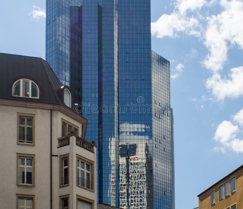 Arranha-céus dinâmico e construção histórica em Francoforte, Alemanha fotos de stock royalty free