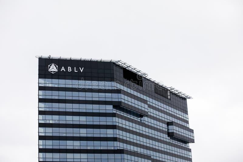 Arranha-céus do banco de ABLV com logotipo O Banco Central Europeu atuou para suspender pagamentos do cliente no banco do ` s ABL fotos de stock royalty free