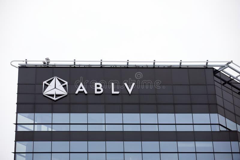Arranha-céus do banco de ABLV com logotipo O Banco Central Europeu atuou para suspender pagamentos do cliente no banco do ` s ABL fotografia de stock royalty free