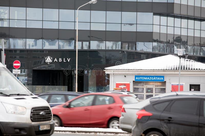 Arranha-céus do banco de ABLV com logotipo O Banco Central Europeu atuou para suspender pagamentos do cliente no banco do ` s ABL imagem de stock royalty free