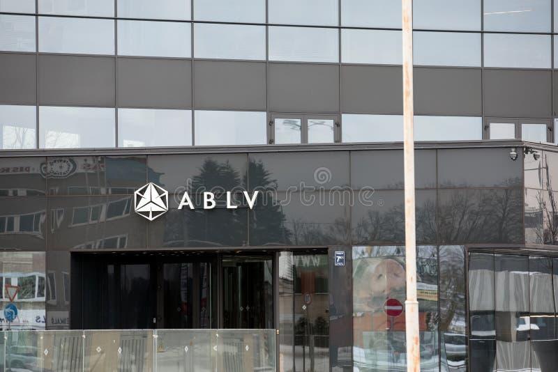 Arranha-céus do banco de ABLV com logotipo O Banco Central Europeu atuou para suspender pagamentos do cliente no banco do ` s ABL foto de stock