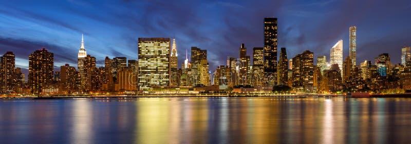 Arranha-céus do leste do Midtown do East River no crepúsculo New York City fotografia de stock
