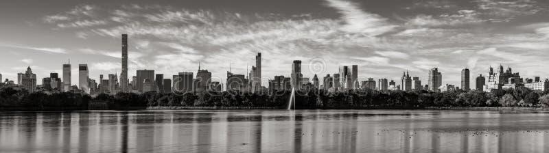 Arranha-céus do Midtown Manhattan e do reservatório do Central Park em preto & em branco New York City imagens de stock royalty free