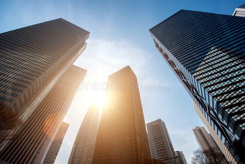 Arranha-céus do Tóquio e prédios e céu azul - Shinjuku, Tóquio, Japão fotos de stock royalty free