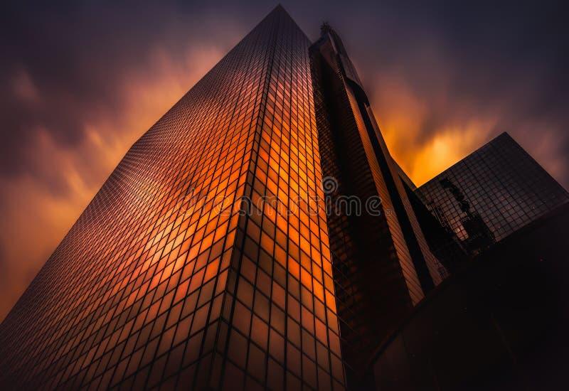 Arranha-céus dourados da hora fotos de stock
