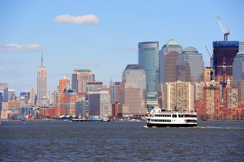 Arranha-céus e barco de New York City Manhattan fotos de stock