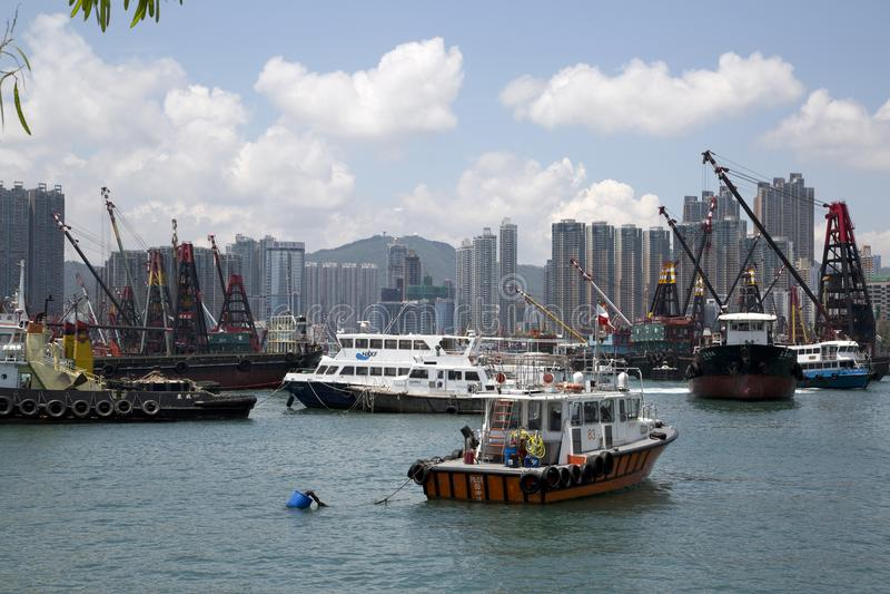 Arranha-céus e barcos do grupo no cais Hong Kong foto de stock royalty free