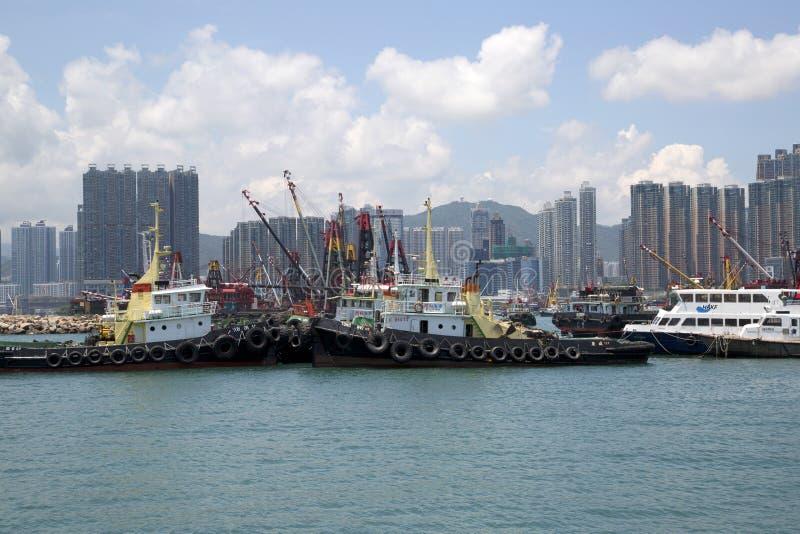 Arranha-céus e barcos do grupo no cais Hong Kong fotos de stock royalty free