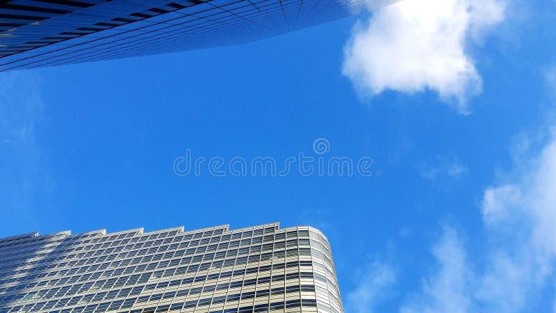 Arranha-céus e céu de baixo de foto de stock
